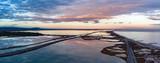 panorama sur un coucher de soleil en vue aérienne au dessus de la mer et des étangs