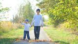 Kinder im Herbst mit bunten Blättern - 231822702