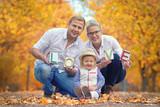 junge glückliche Familie im Herbst - 231822768