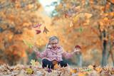 lebensfrohes Mädchen im Herbst - 231823181