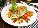 Fischfilet mit Kräuterkruste auf Gemüse - 231912358