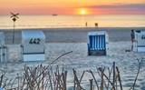 Sonnenuntergang mit pärchen und Boot am Meer auf Sylt - 231941354