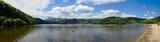 vue panoramique du lac d'Aydat et de la plage, en Auvergne, Puy de Dôme. Avec Chaîne des volcans en arrière plan - 231949797