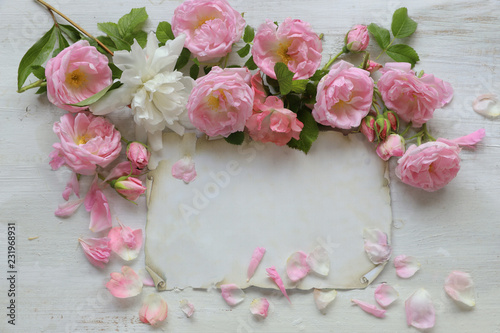 Foto Murales Roses with paper on wooden background