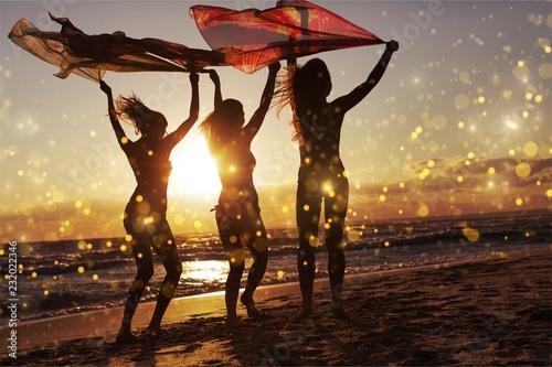 Letni weekend na plaży zabawa przyjaźni młodych przyjaciół
