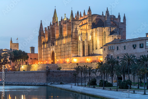 Kathedrale La Seu in der Abenddämmerung, Palma de Mallorca, Mallorca, Balearen, Spanien | Cathedral La Seu at dusk, Palma de Mallorca, Majorca, Balearic Islands, Spain,