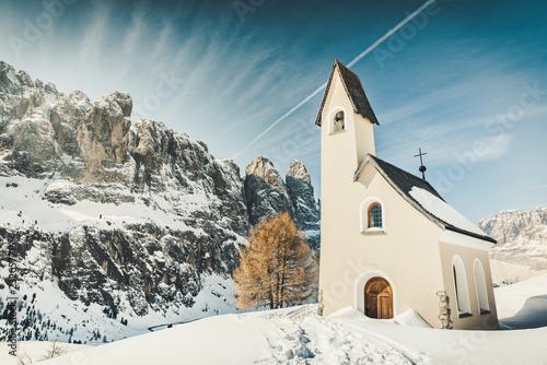 chiesetta di montagna a passo gardena