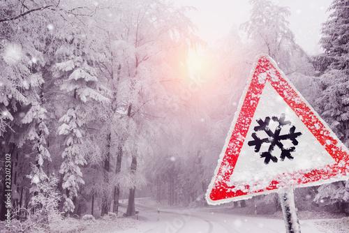 schneeflocke schild bei schneefall