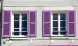 Volets mauves ouverts et fenêtres blanches, Ville de Contres, département du Loir-et-Cher, France - 232085773