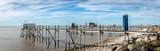 vue panoramique sur un ponton avec une porte et une cabane bleues - 232188795