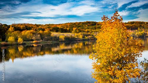 Leinwanddruck Bild Fluß Laub mit Herbst Farben