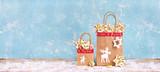 süßes Weihnachtsgebäck in Papiertüten - 232245360