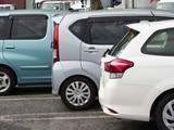 駐車場に並ぶ乗用車 - 232251347