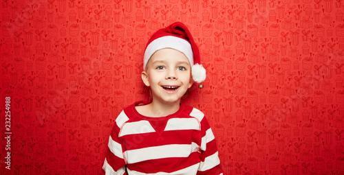 Leinwanddruck Bild Lachender Junge zu Weihnachten