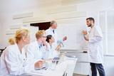Ärzte im Seminar hören ein Referat - 232255384