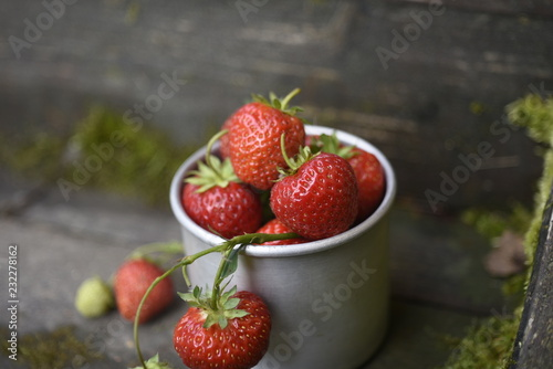 Foto Murales strawberries in a metal mug