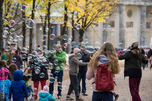 Berlin - Seifenblasen Action vor dem Brandenburger Tor im Herbst © gizmocat