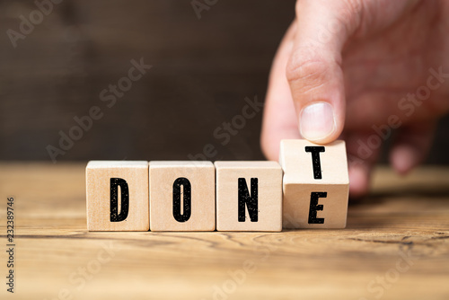 """Leinwanddruck Bild Hand turns two cubes, changing the word """"don't"""" to """"done"""""""