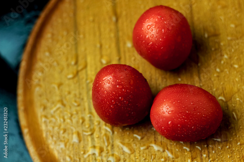 Foto Murales Red Tomatoes on a Wooden Tray