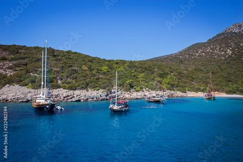 Jacht na morzu, piękna zatoka w Turcji, Bodrum. Wybrzeże Egejskie