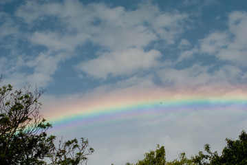 Arcoiris hermoso en cielo. © Eric
