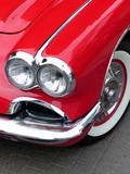 Roter amerikanischer Sportwagen Klassiker der Fünfzigerjahre mit glänzendem Chrom beim Oldtimertreffen in Wettenberg Krofdorf-Gleiberg bei Gießen in Hessen