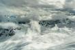 Blick von der Zugspitze in die umliegende Gebirgslandschaft mit Skilift