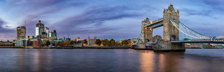 Panorama der Skyline von London: von der Tower Bridge bis zur City of London am Abend