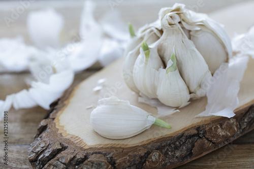 Keimender Knoblauch auf einem Holzbrett