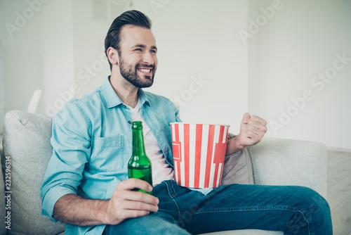Leinwanddruck Bild Positive cheerful handsome bearded man with snack and refreshmen