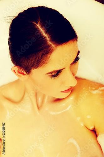 Leinwanddruck Bild Woman relaxing in bathtub with bubble