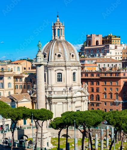 Kolumna Trajana (Colonna Traiana) i kościół SS Nome di Maria w Rzymie, Włochy