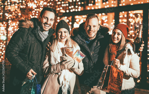 Leinwanddruck Bild Happy Friends Shopping In Holiday Season