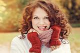 jeune et jolie femme rousse souriant dans nature en automne  © mariesacha