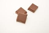 pezzi di cioccotato su sfondo bianco dessert cibo - 232680728
