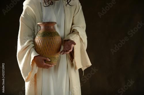 Jezus trzyma słoik wody na stojąco
