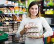 Leinwanddruck Bild - Girl customer looking for natural eggs