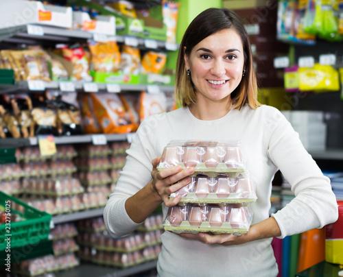 Leinwanddruck Bild Girl customer looking for natural eggs