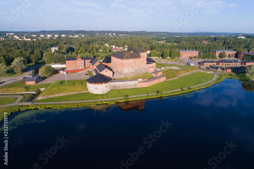 Foto Murales Hameenlinna fortress on the bank of the Vanayavesi lake in the solar July morning. Finland