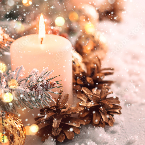 Beżowy śnieg Boże Narodzenie składu. Palenie świec i szyszki z bliska