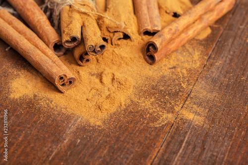 Cynamon na drewnianej desce.