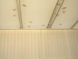 détail de toit de véranda et store brise vue - 232829982