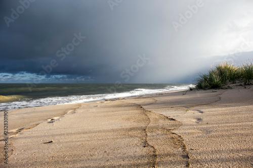 widok na morze bałtyckie i niebo grzmotu