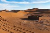 Desierto de dunas de arena con casa derruida - 232840344