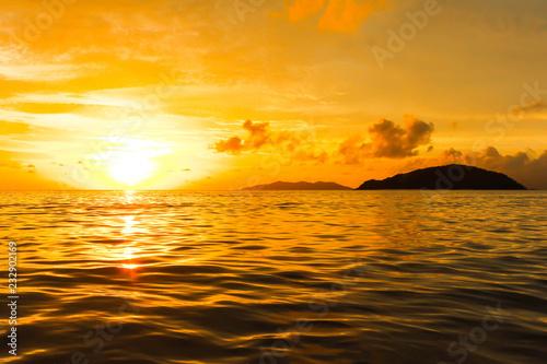 Wschodu słońca widok pomarańczowy denny zmierzch w Thailand