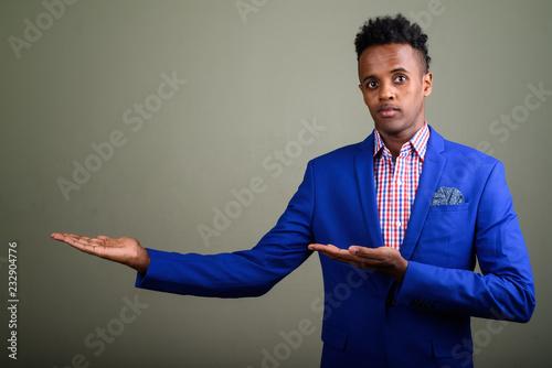 Młody przystojny Afrykański biznesmen jest ubranym kostium przeciw coloured