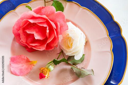 Foto Murales 皿にのったバラの花