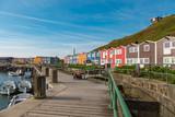 Sonne am Hafen von Helgoland mit bunten Holzhäusern