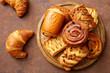 pasticceria dolci cornetti ciambelle e strudel su tavolo marrone