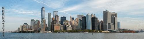 Panorama von Manhattan, New York, vom Wasser aus gesehen - 232987793